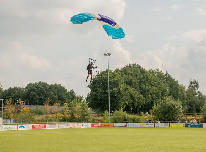 VV Gilze ontvangt verjaardagscadeau vanuit de lucht